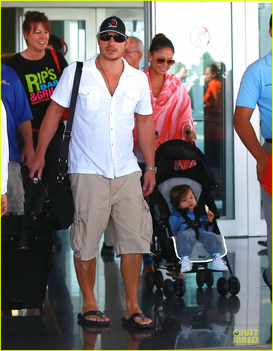 nick lachey cabo san lucas arrival with vanessa minnillo 08