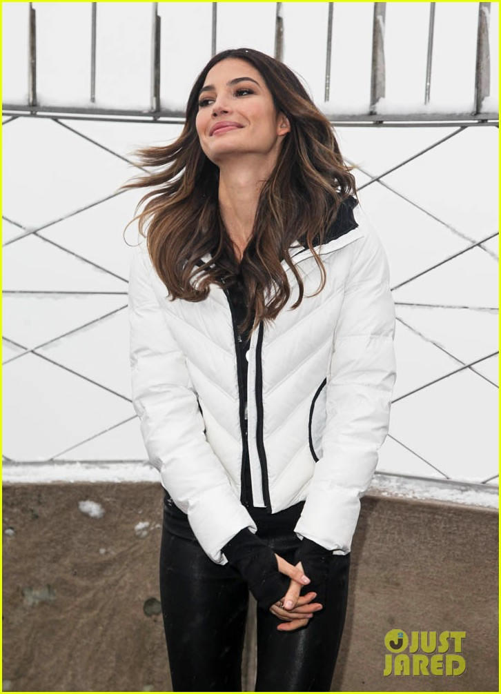 lily aldridge empire state building snow day 023009087