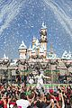 demi lovato sings let it go at disney christmas parade video 01