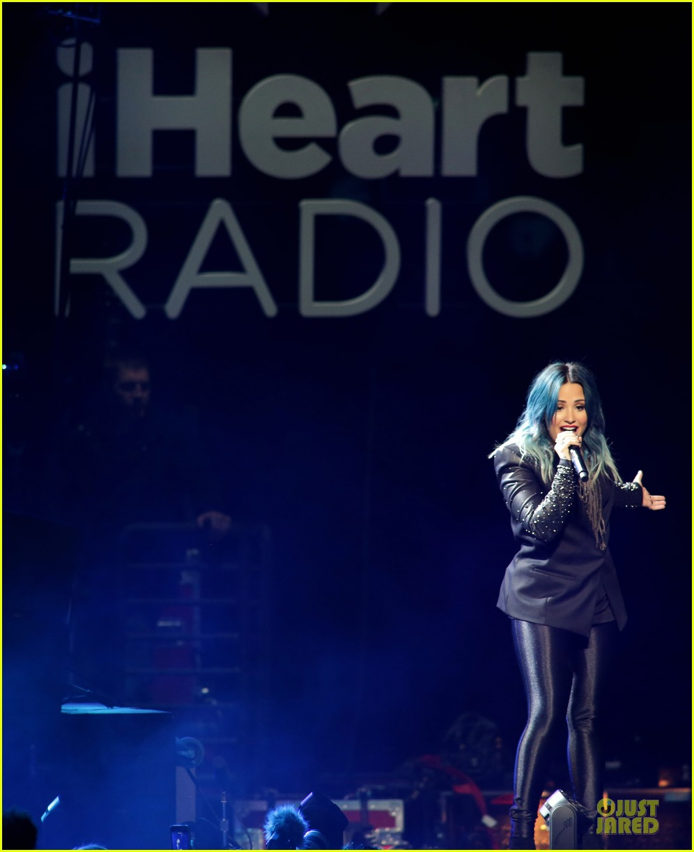 demi lovato performs at y100 jingle ball 2013 17
