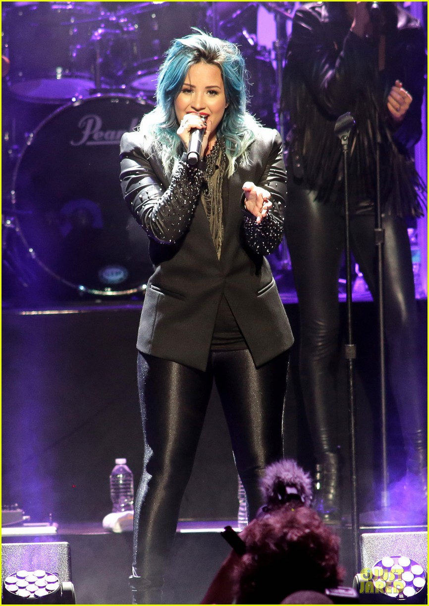 demi lovato performs at y100 jingle ball 2013 19