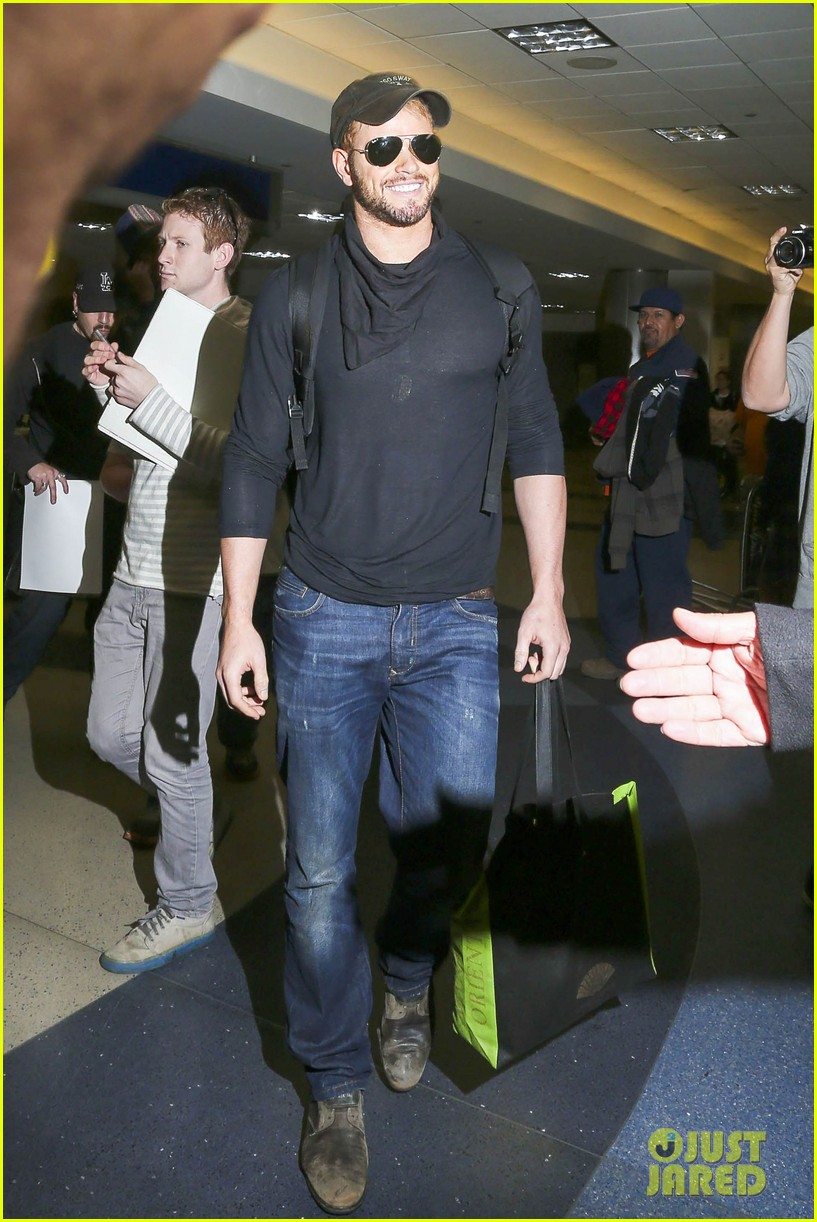kellan lutz flies solo after plane ride with miley cyrus 05