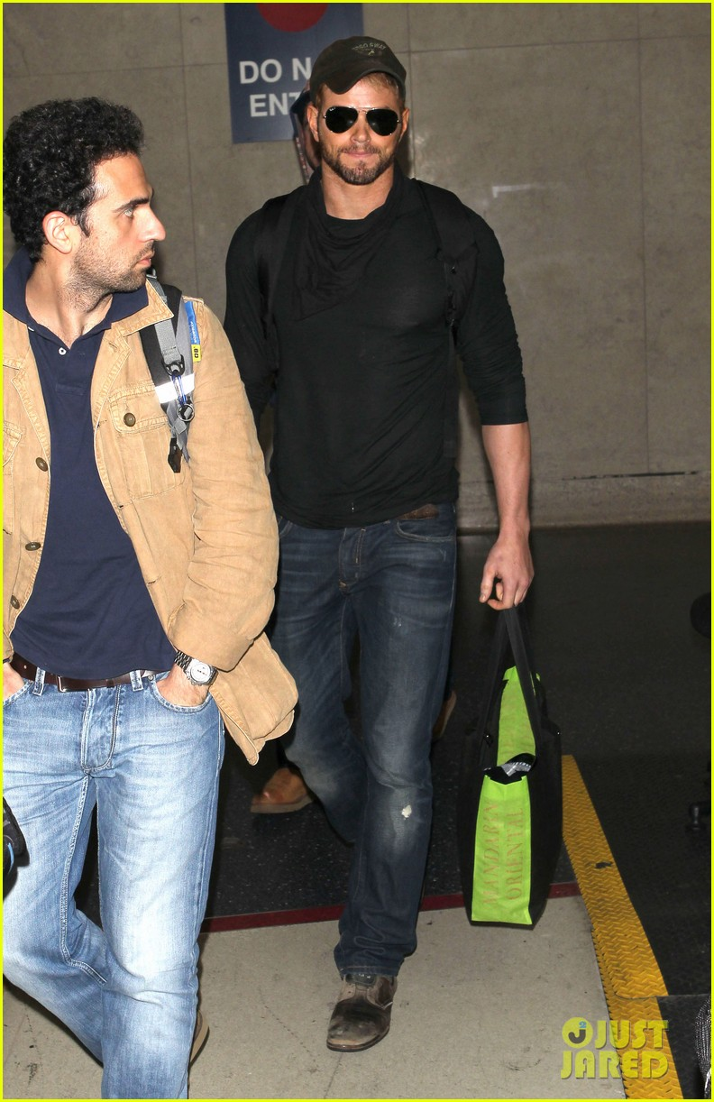 kellan lutz flies solo after plane ride with miley cyrus 07