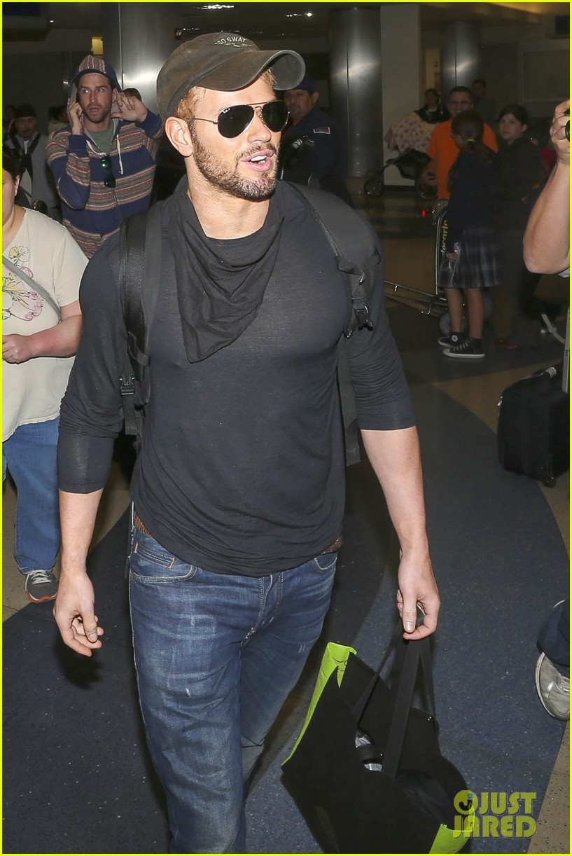 kellan lutz flies solo after plane ride with miley cyrus 13