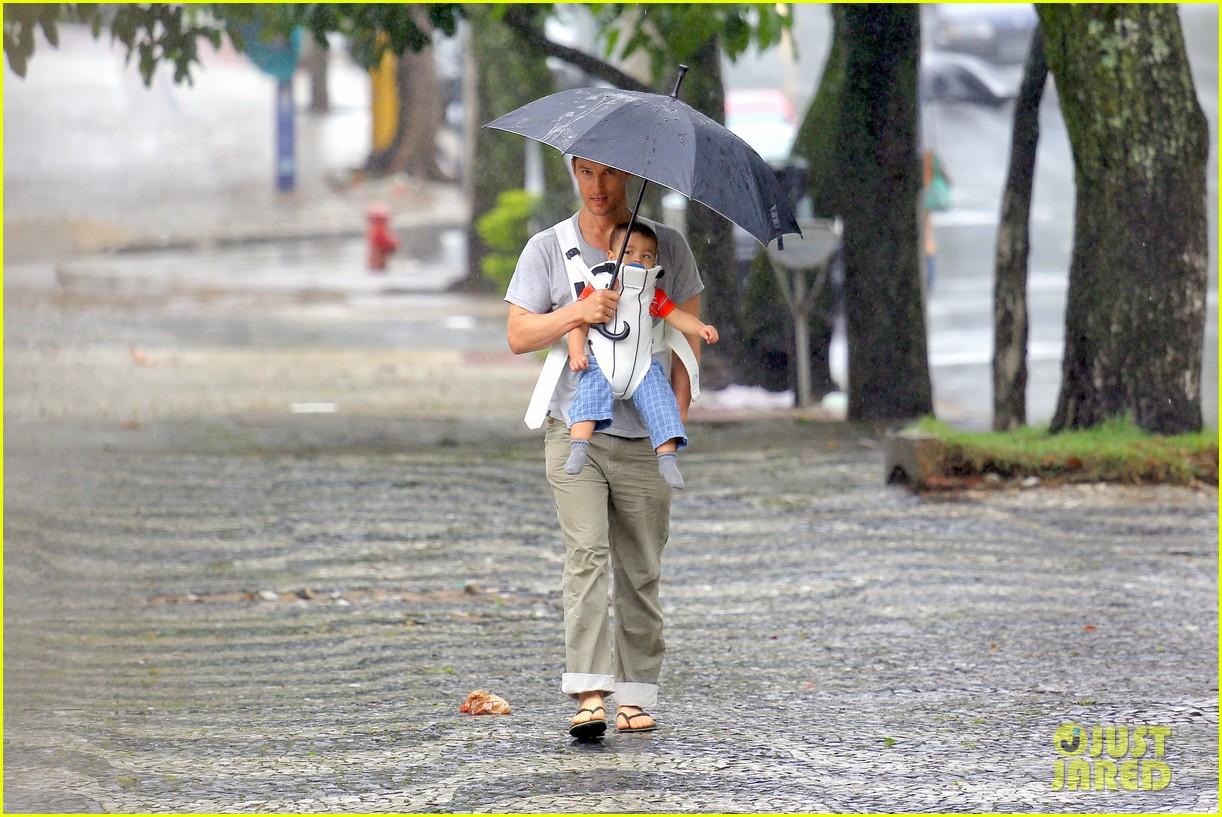 matthew mcconaughey rainy post christmas stroll with livingston 053017823