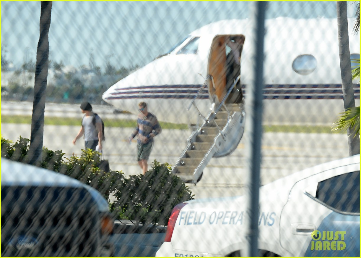 miley cyrus kellan lutz arrive on same private jet 02