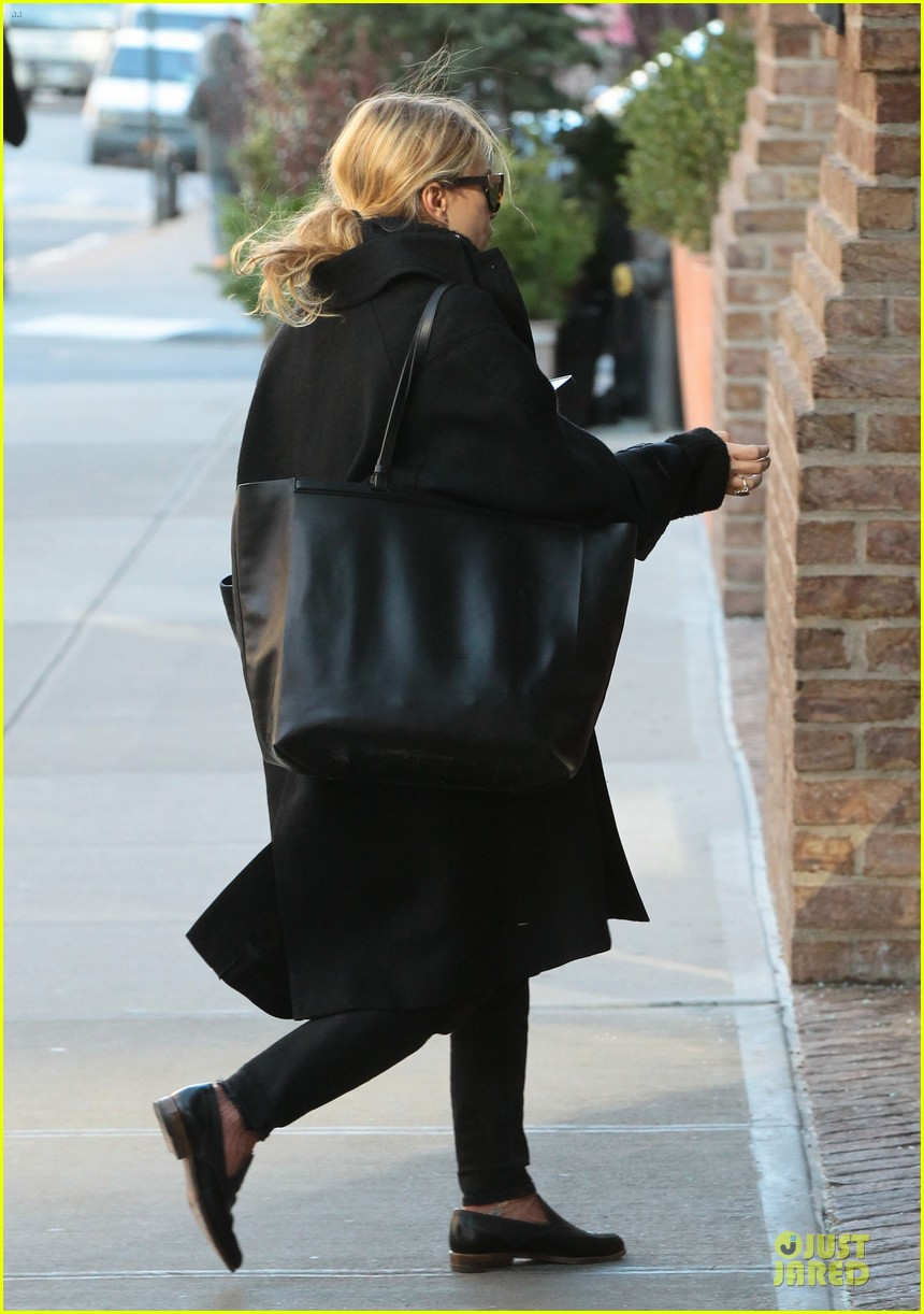 mary kate olsen sports ring on left ring finger 093011539