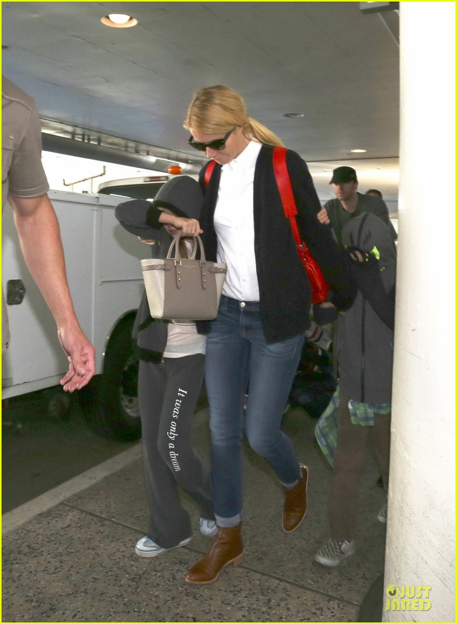 gwyneth paltrow chris martin lax arrival after christmas 013018668