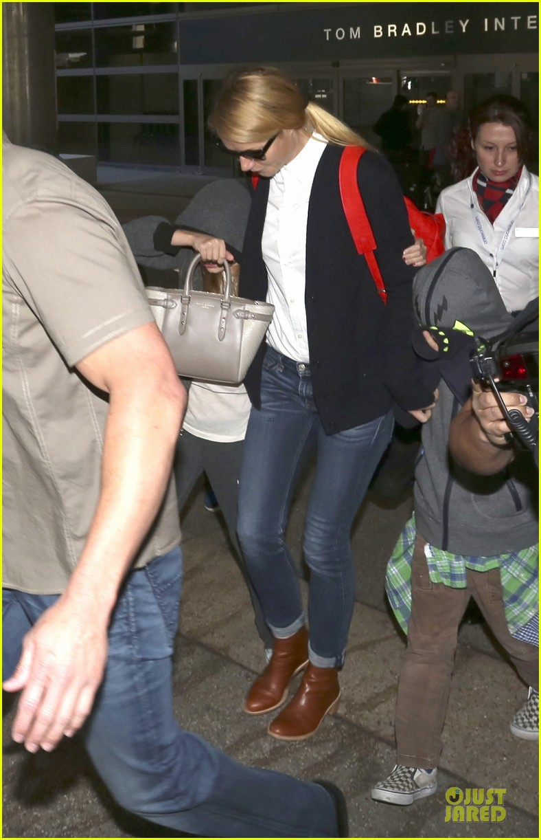 gwyneth paltrow chris martin lax arrival after christmas 08