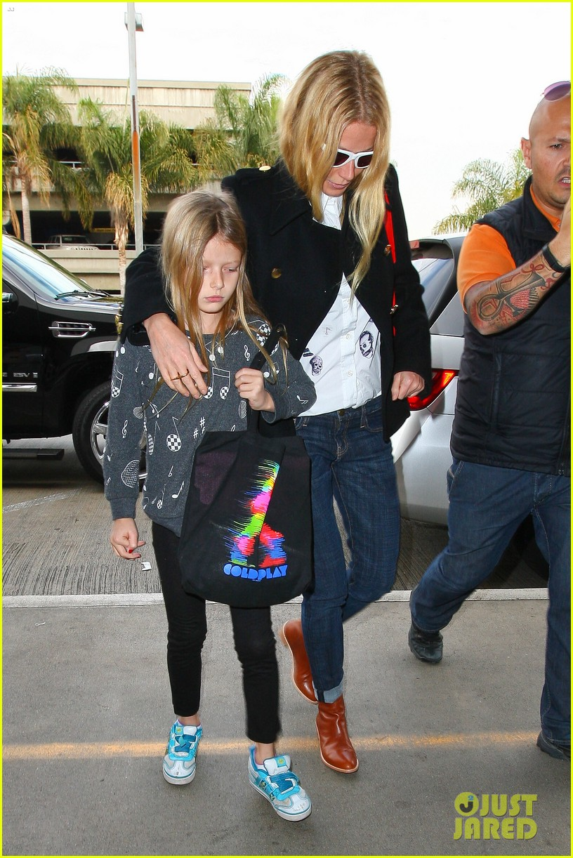 gwyneth paltrow rushes into lax airport with daughter apple 05