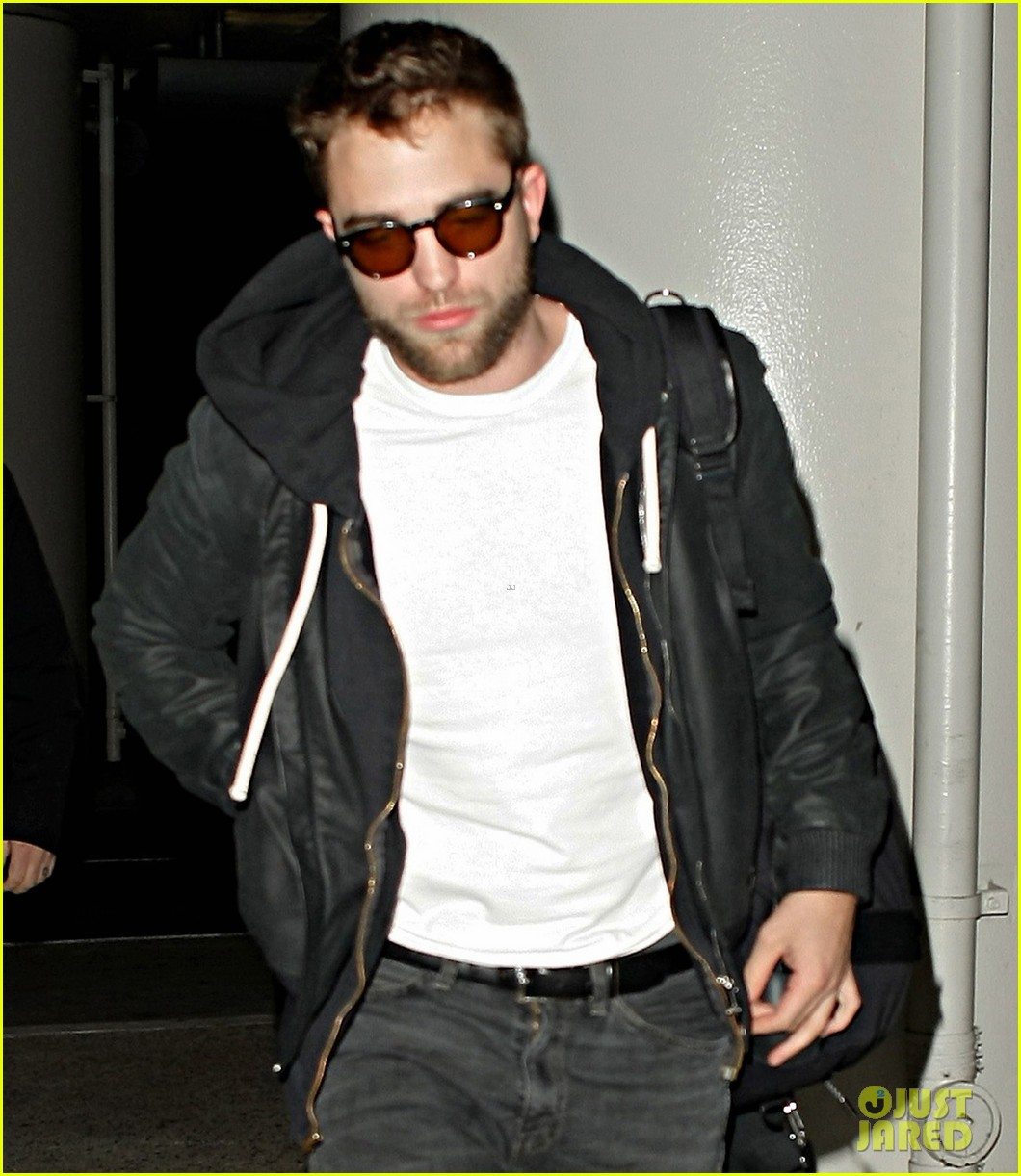 robert pattinson late night lax departure 09