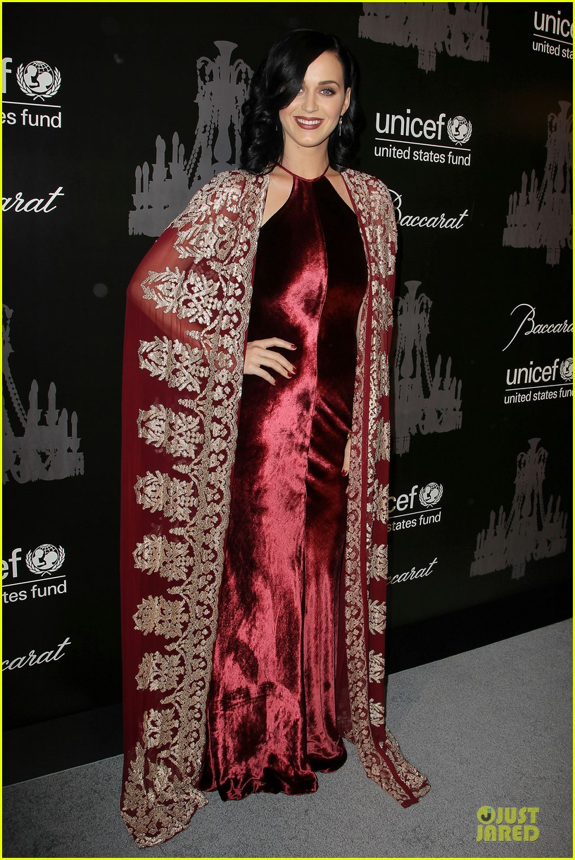 katy perry christina ricci unicef snowflake ball 2013 08