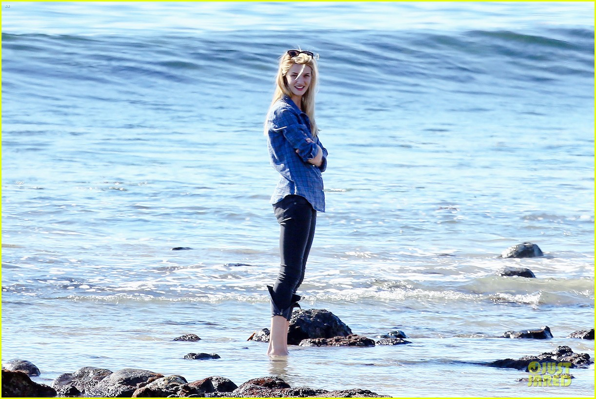 rosie huntington whiteley malibu beach with jason statham 21