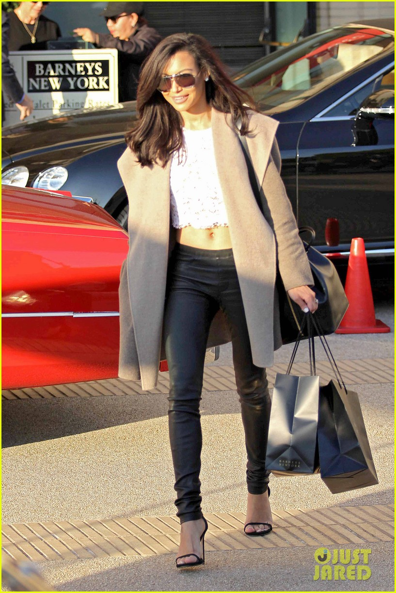 naya rivera bares amazing toned abs for holiday shopping 06