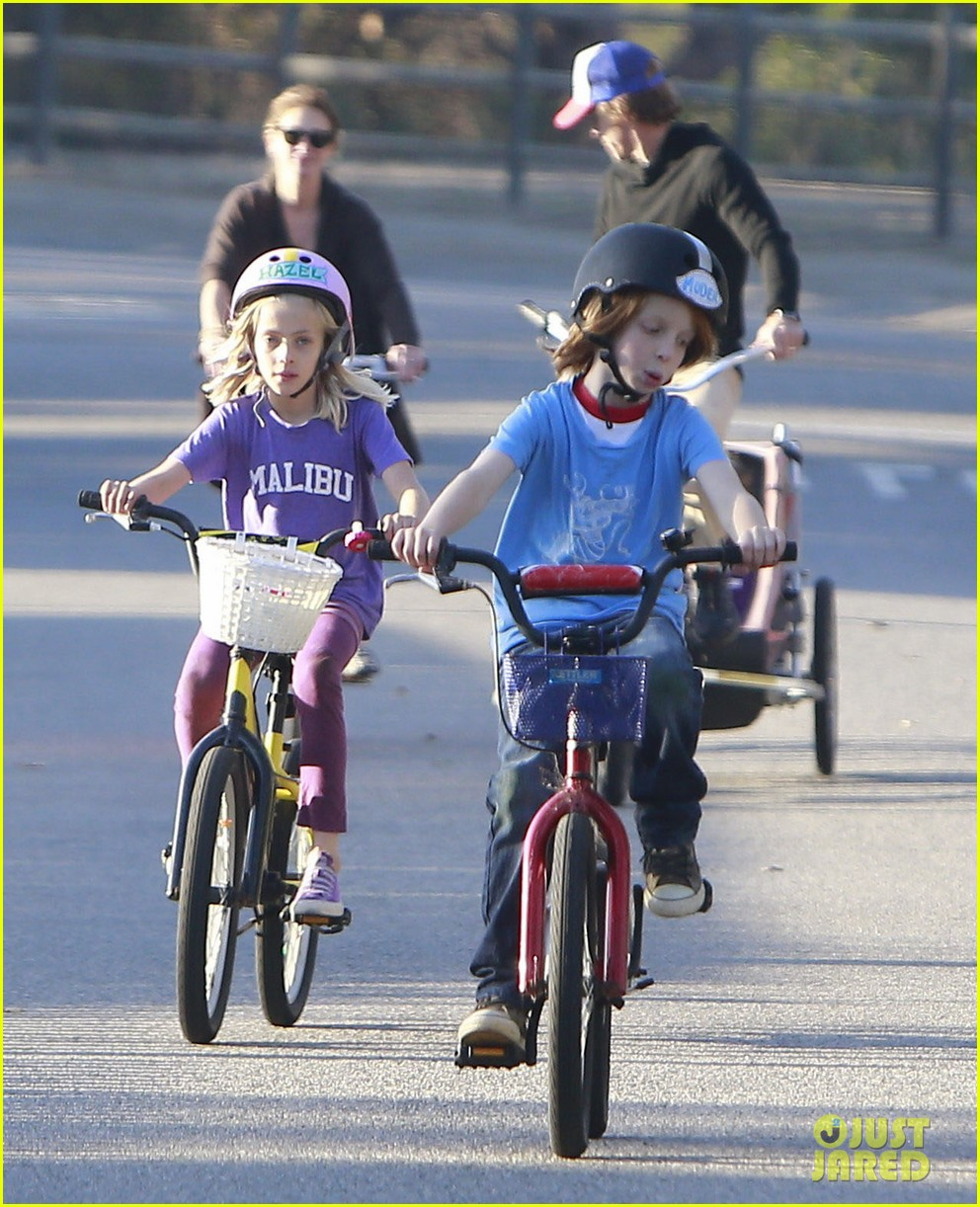 julia roberts family bike ride with the kids 05
