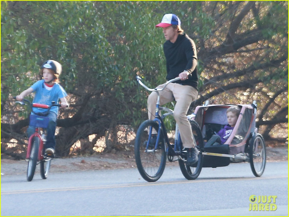 julia roberts family bike ride with the kids 07
