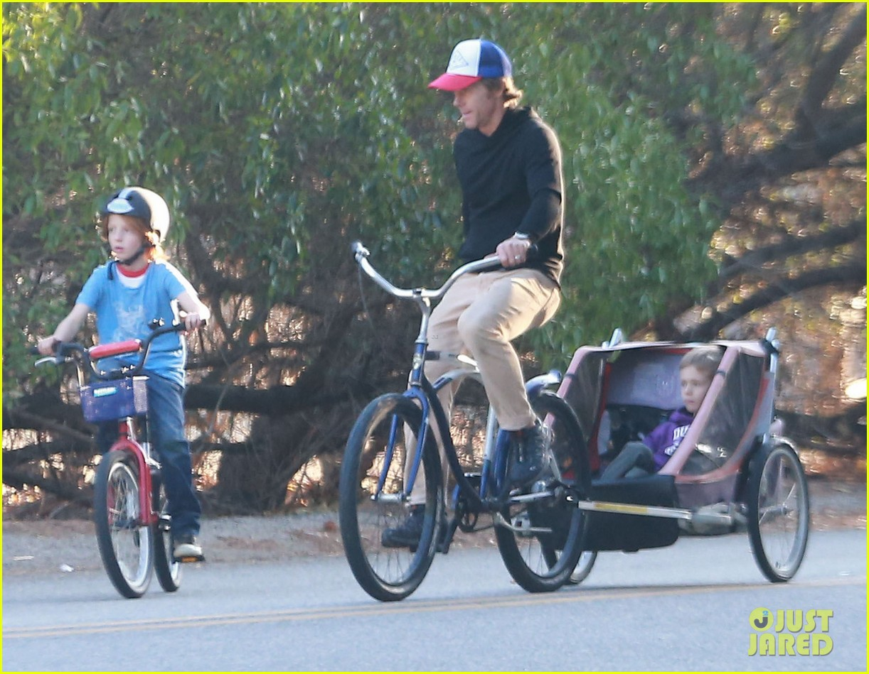 julia roberts family bike ride with the kids 08