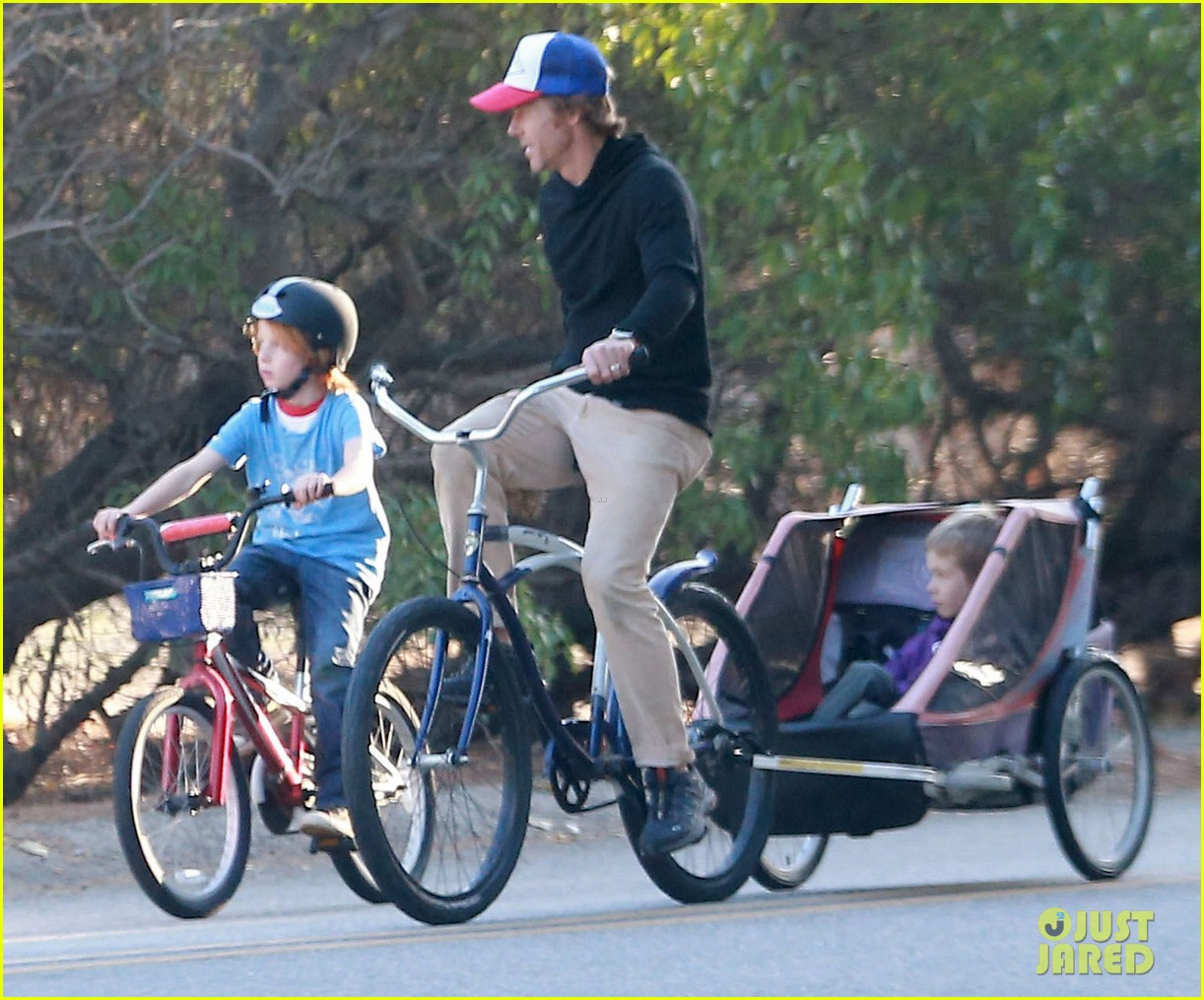 julia roberts family bike ride with the kids 09
