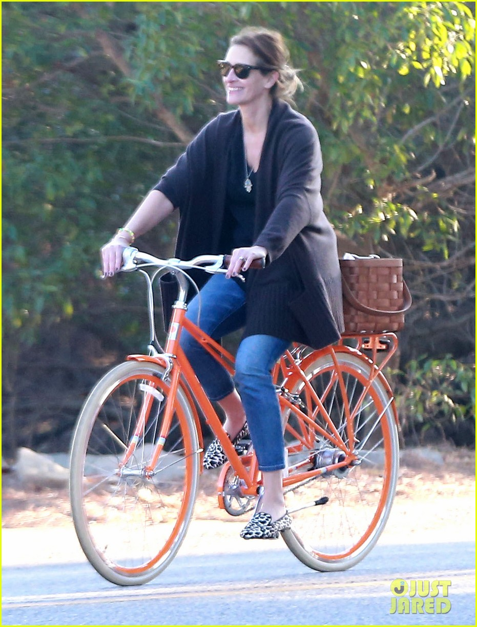 julia roberts family bike ride with the kids 153016441