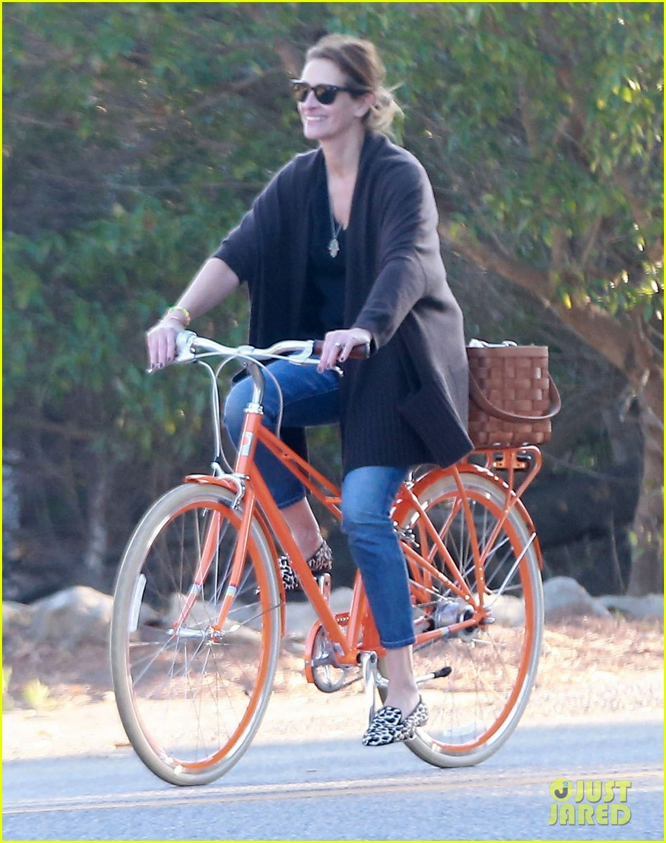 julia roberts family bike ride with the kids 16