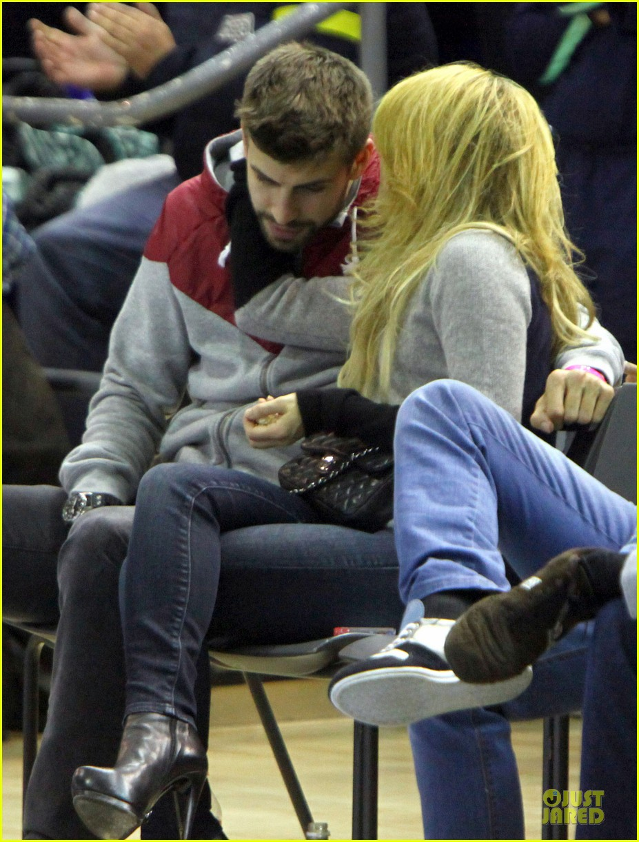 shakira courtside at barcelona basketball game 05