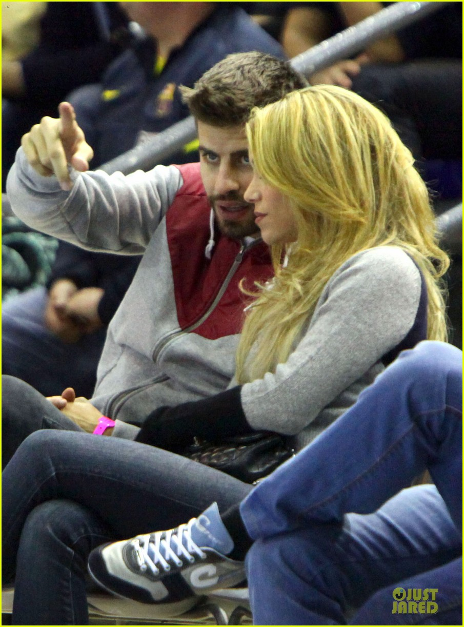 shakira courtside at barcelona basketball game 08
