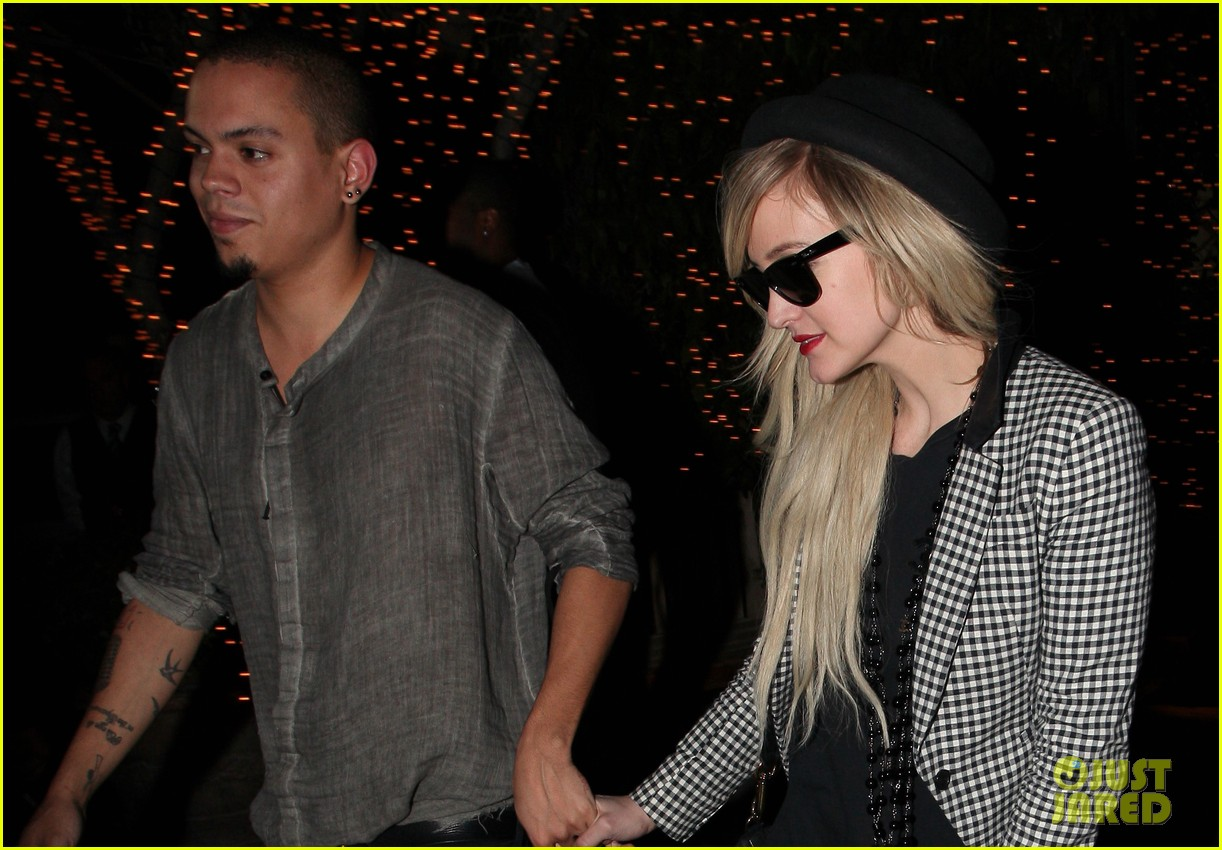 ashlee simpson evan ross hold hands after dinner date 03