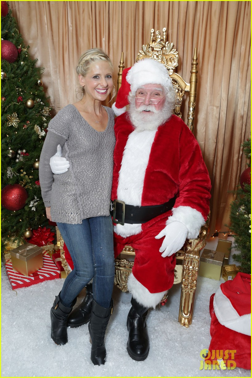 sarah michelle gellar malin akerman sit on santas lap 01