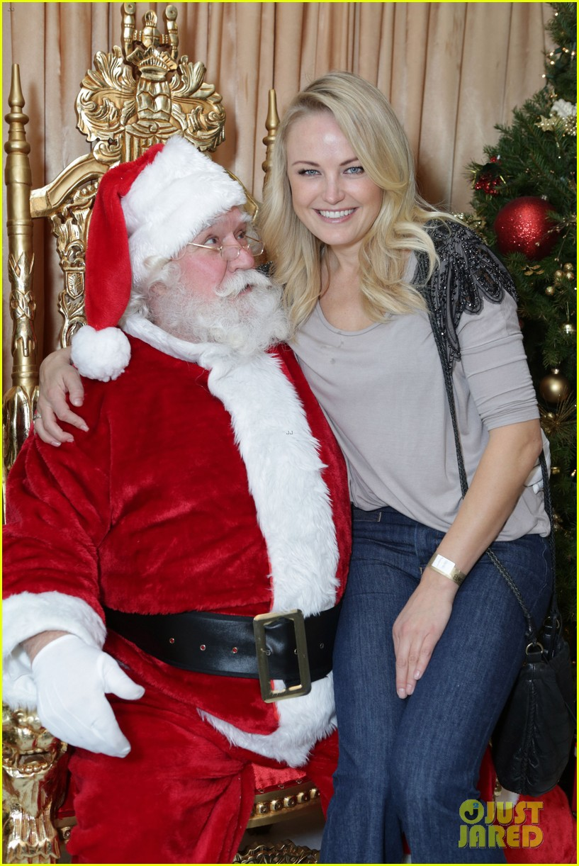 sarah michelle gellar malin akerman sit on santas lap 023009256