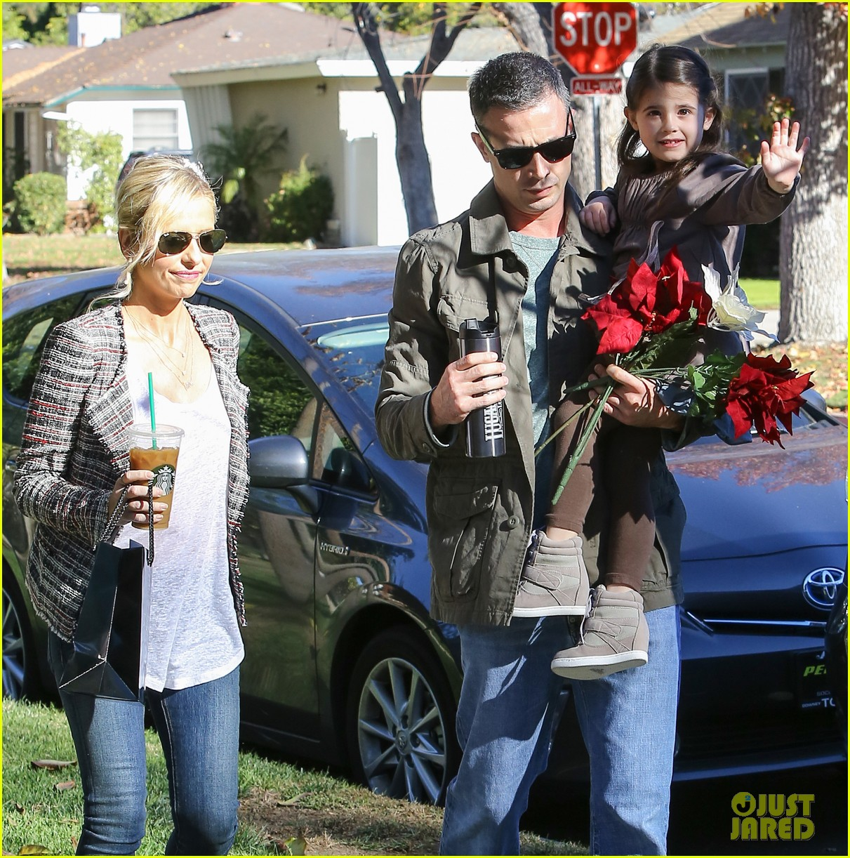 sarah michelle gellar freddie prinze jr christmas party with charlotte 02