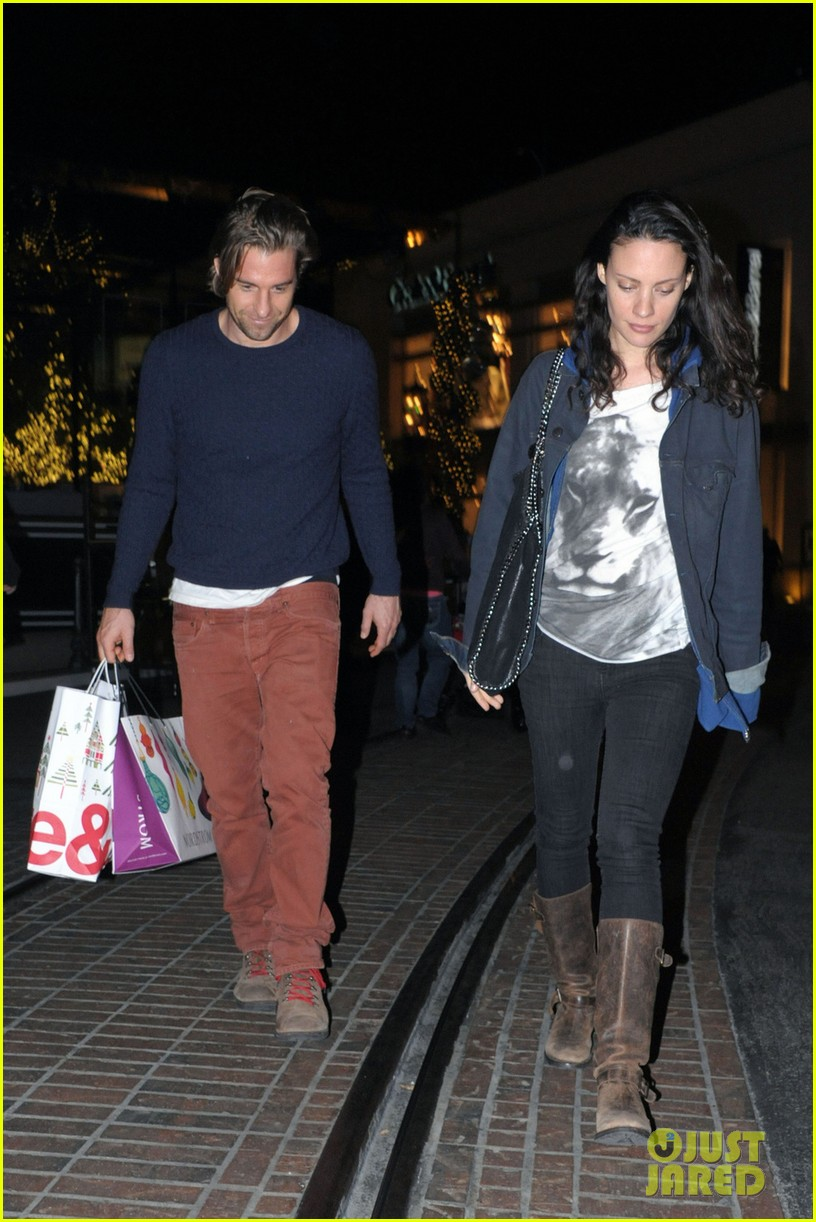 scott speedman girlfriend camille de pazzis holiday shopping 013005306