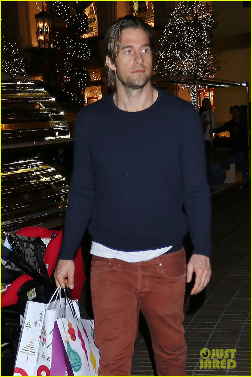 scott speedman girlfriend camille de pazzis holiday shopping 02