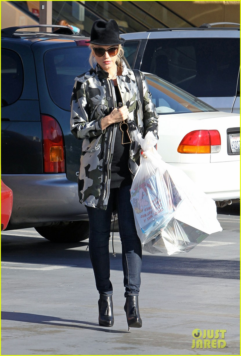 gwen stefani shops toys books to prep for holidays 06