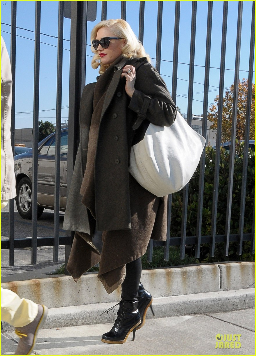 gwen stefani hides baby bump with wool coat 01