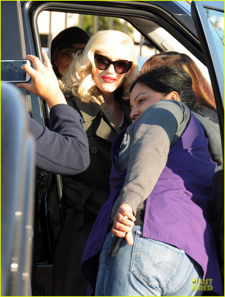 gwen stefani hides baby bump with wool coat 04