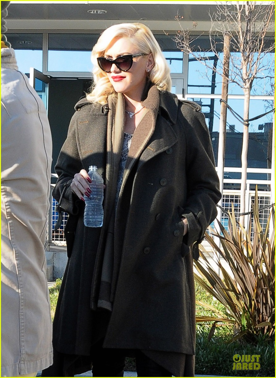 gwen stefani hides baby bump with wool coat 18