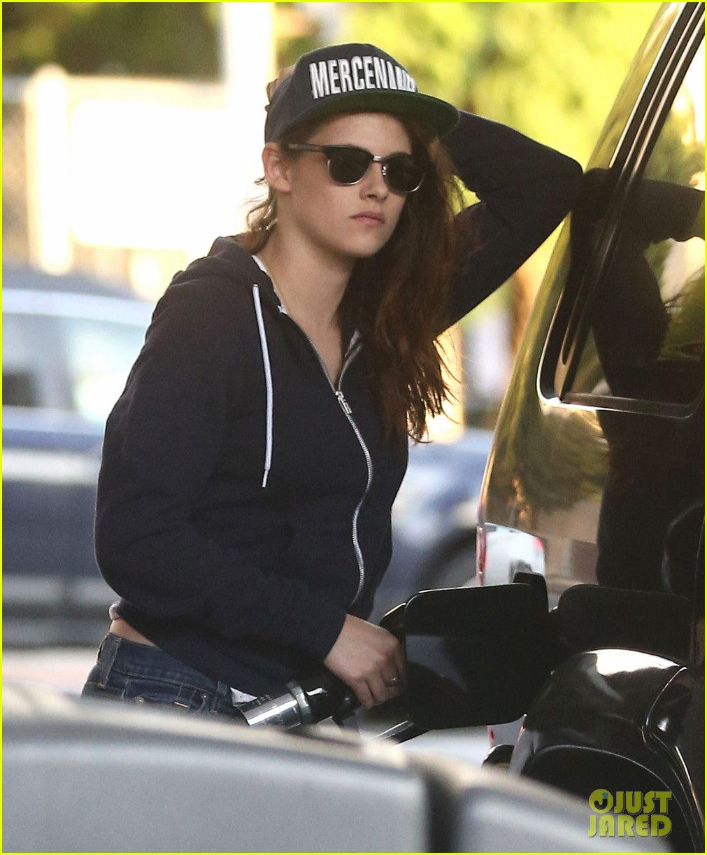 kristen stewart fills up her tank before the weekend 18