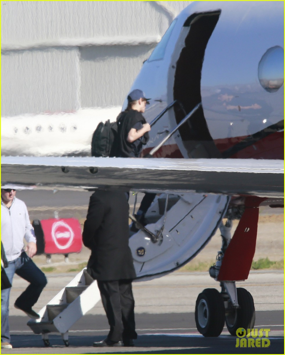 kristen stewart catches a flight out of van nuys airport 033008453