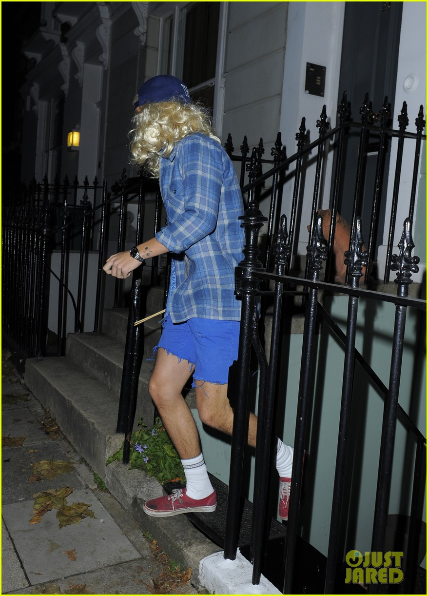 harry styles wears blonde wig elephant head at nightclub 05