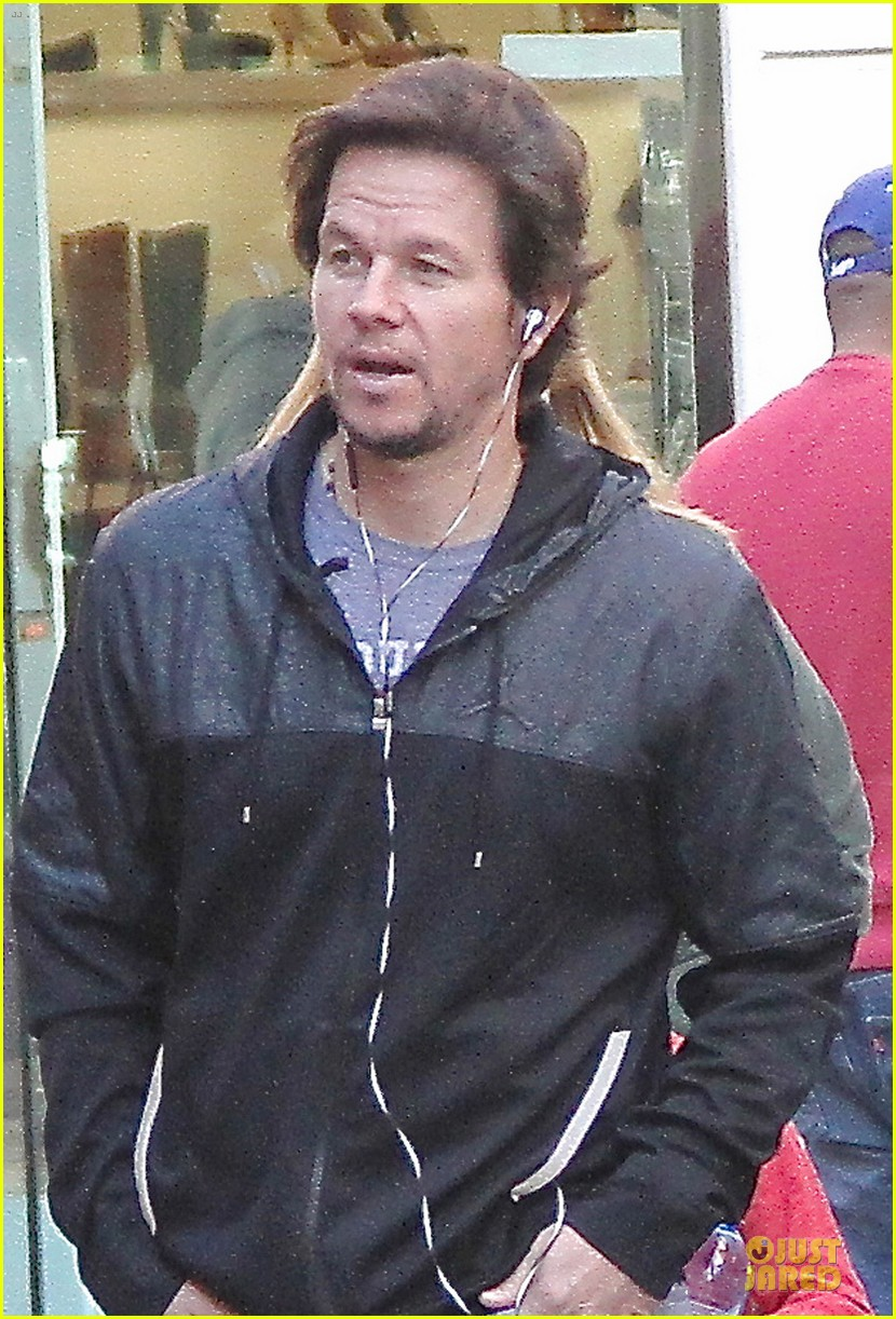 mark wahlberg rhea durham santa claus booth with the kids 043015817