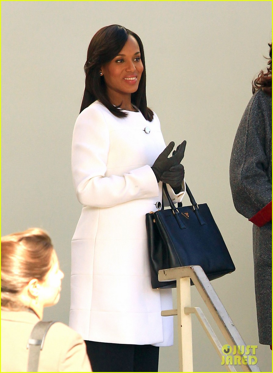 kerry washington bellamy young side by side for scandal filming 08
