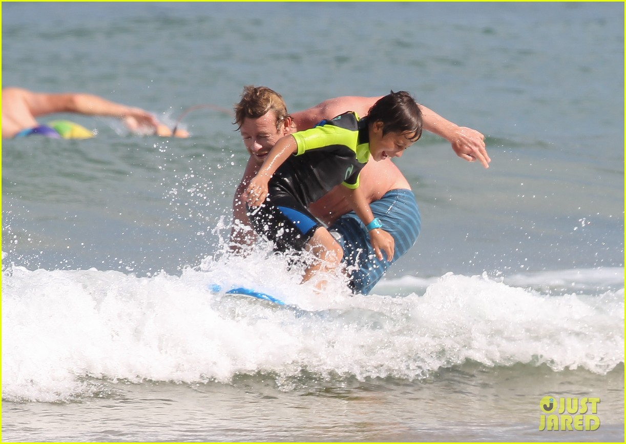 naomi watts sunbathes liev schreiber swims shirtless 14