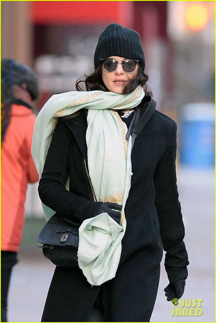 rachel weisz snaps iphone pictures in frigid nyc morning 06