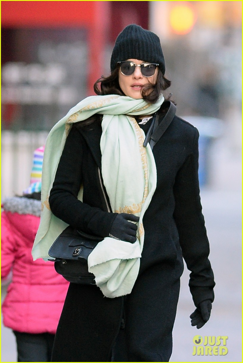 rachel weisz snaps iphone pictures in frigid nyc morning 08