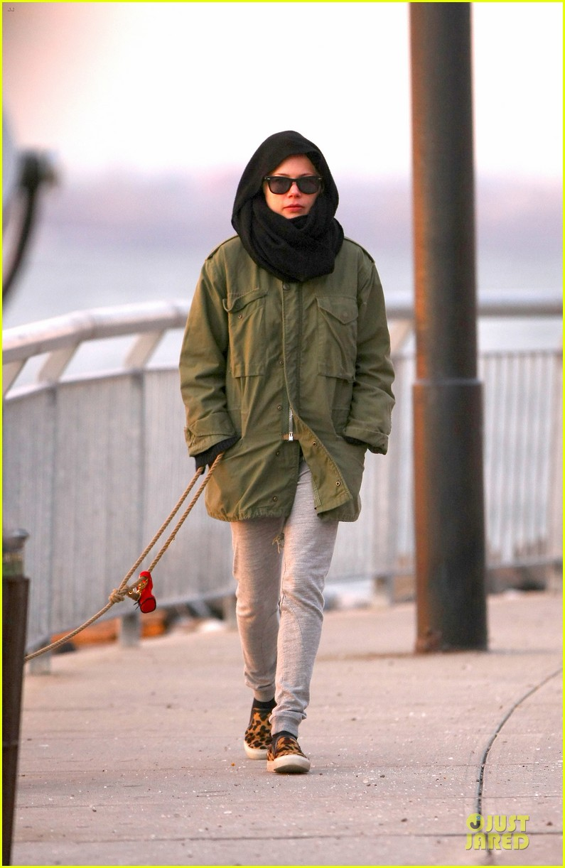 michelle williams departs lax for cold nyc 01