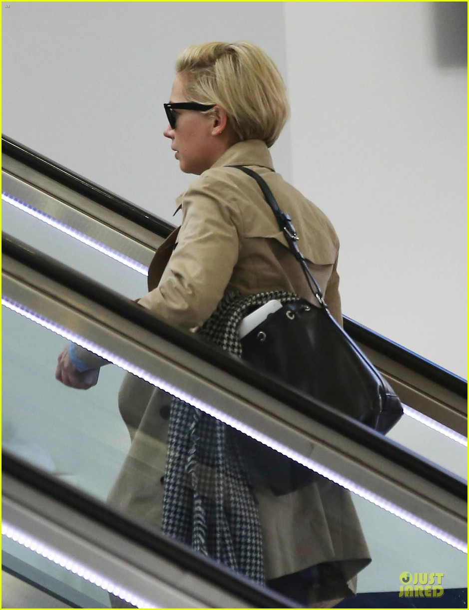 michelle williams departs lax for cold nyc 05