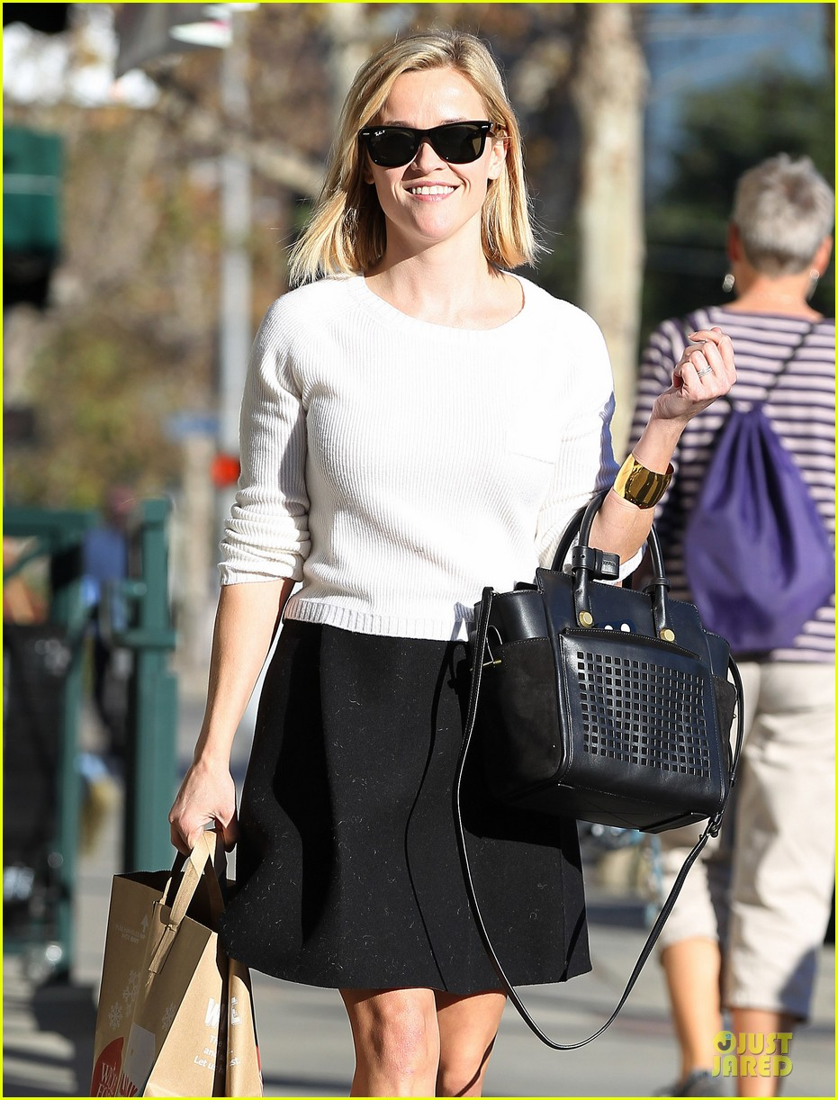 reese witherspoon grocery run after morning workout 04