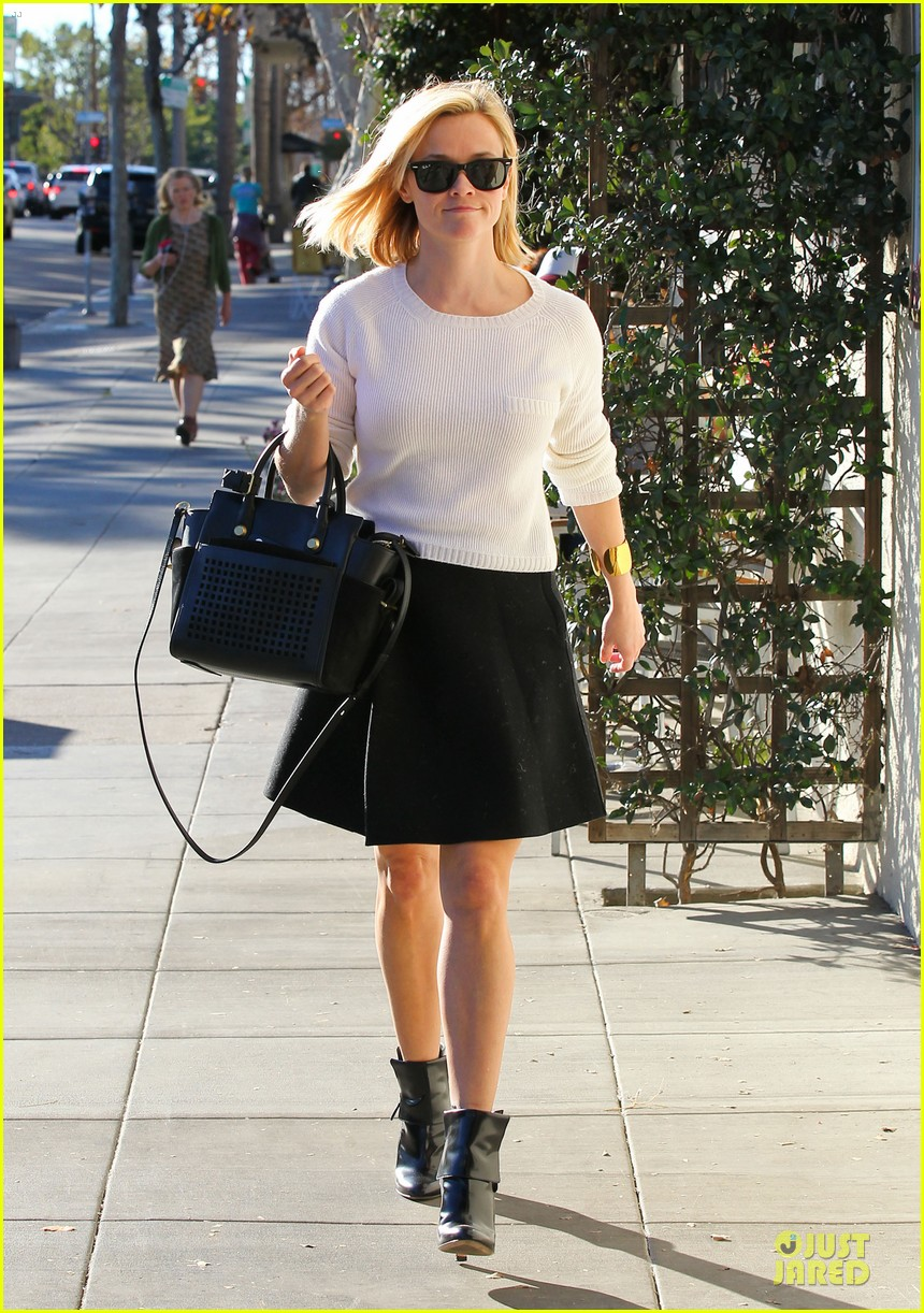 reese witherspoon grocery run after morning workout 073010361