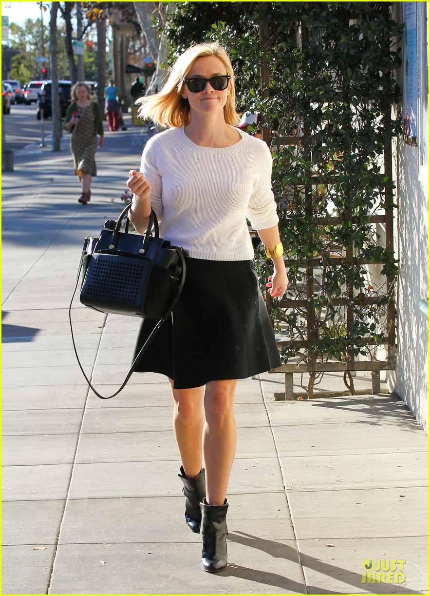 reese witherspoon grocery run after morning workout 08