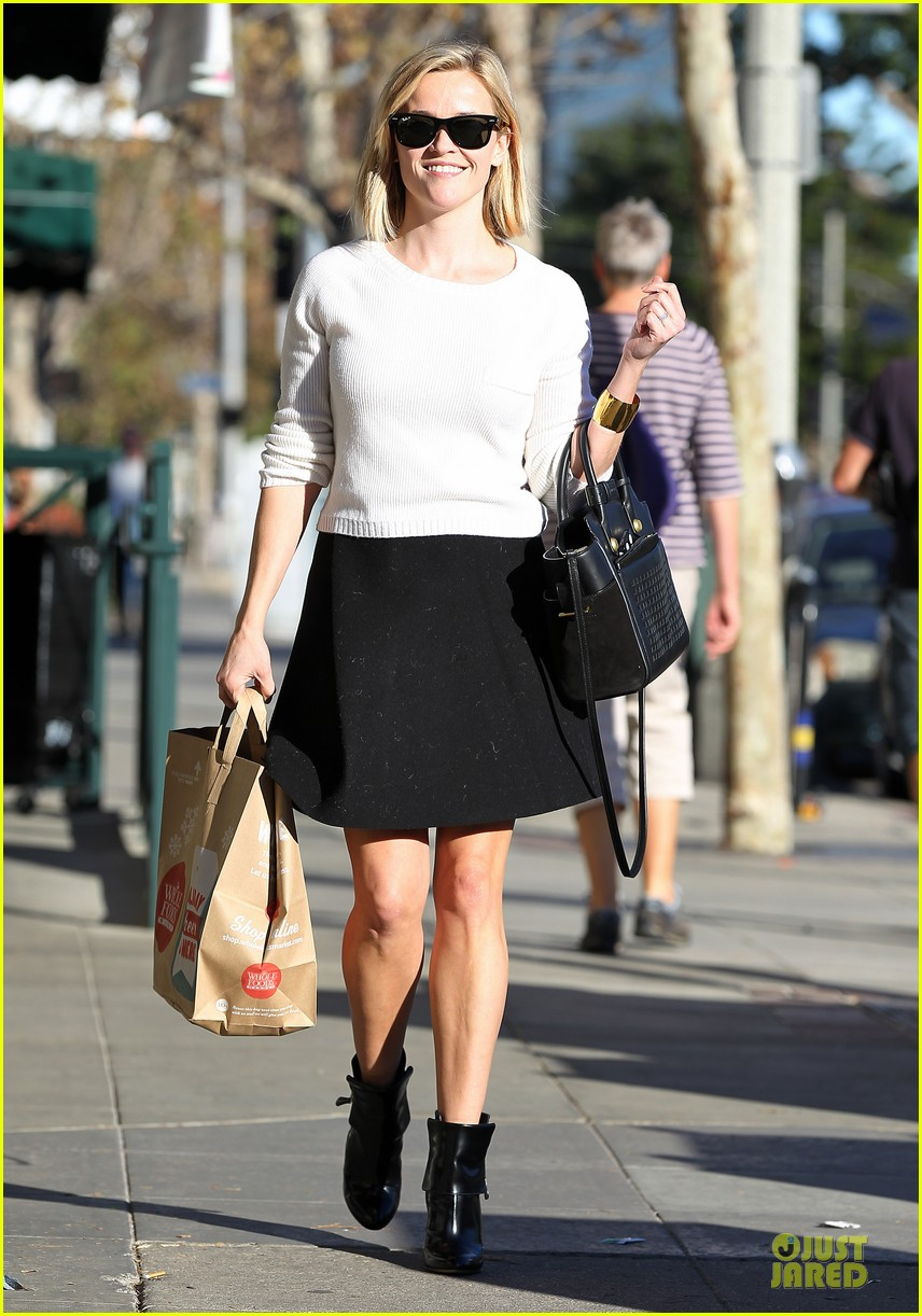 reese witherspoon grocery run after morning workout 27